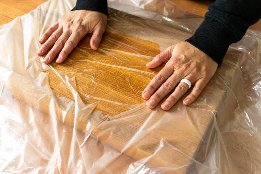 Oiling a cutting board using a plastic bag